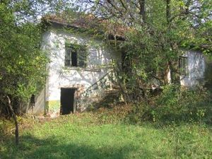 Old rural house in poor condition with plot of land situated in a village about 30 km away from the town of Vratsa.The village is near spa and ski resorts
