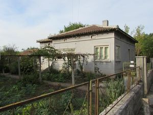 Country house with plot of land located 20 km from the sea