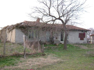 Old country house with land plot situated 85 km from the sea