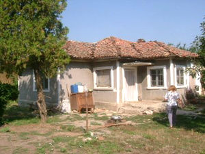 Old house with spacious garden located 20 km from the sea