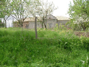 Old house with vast plot of land located 50 km from the sea