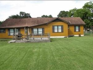 Move in to this 3 Bedroom Home in Bridge City, TX!