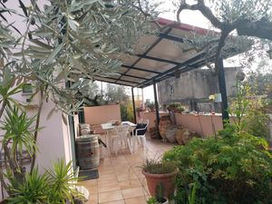 In Greece in 685 m2 yard private house with everything.
