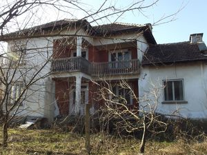 Country house with barn and plot of land in a big village