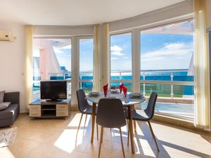Fantastic apartment with a large terrace and sea views
