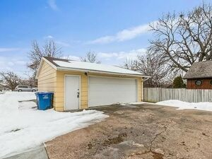 3bedroom 2bath SW DSM Ranch w/double garage