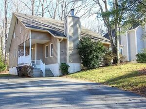 Charming 2 bed, 2 bath Cottage with vaulted ceilings in King