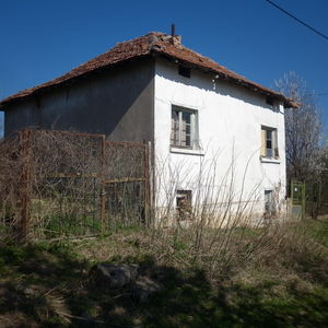 Old country house with barn & plot of land in quiet village