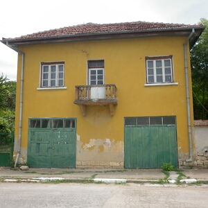 An old country house with two garages and garden in Bulgaria
