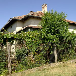 Nice country house with plot of land in a village near river